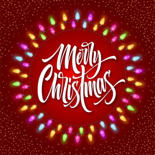 Frohe weihnachten-schriftzug im gerland-kreisrahmen. weihnachtskalligraphie mit leuchtenden lichtern und schnee. weihnachtsgruß auf rotem hintergrund. postkarte, poster, banner-design. isolierter vektor