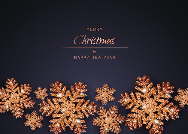 Frohe weihnachten und ein gutes neues jahr gold schneeflocken. weihnachtshintergrund mit glänzendem goldschneeflockenhintergrund