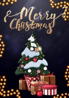 Frohe weihnachten, vertikale blaue postkarte mit goldener beschriftung und weihnachtsbaum in einem topf mit geschenken