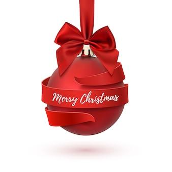 Frohe weihnachtsbaumdekoration mit roter schleife und band herum, lokalisiert auf weißem hintergrund. grußkartenvorlage für broschüre oder poster.