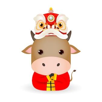 Frohes chinesisches neues jahr 2021 des ochsen-tierkreises, niedliche kleine kuh mit löwentanzkopf, karikaturillustration lokalisiert auf weißem hintergrund.