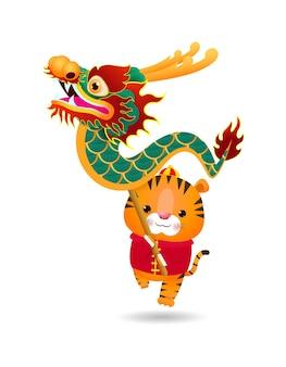 Frohes chinesisches neues jahr das jahr des tigers, niedlicher kleiner tiger führt drachentanz durch, grußkarten-tierkreis-karikaturillustration lokalisiert auf weißem hintergrund