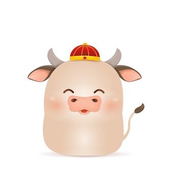 Frohes chinesisches neujahr 2021. karikatur little ox charakterentwurf mit traditionellem chinesischem rotem kostüm, der chinesischen goldbarren lokalisiert hält. das jahr des stiers. tierkreis des ochsen.