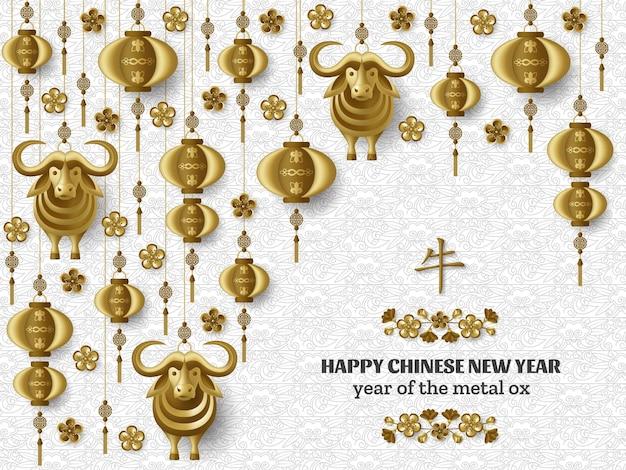 Frohes chinesisches neujahr mit kreativen goldenen metallochsen, sakura-zweigen, hängenden laternen