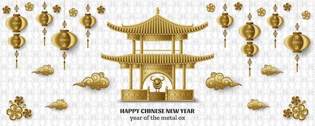 Frohes chinesisches neujahr mit wunderschöner pagode, kreativem goldenen metallochsen und hängenden laternen.