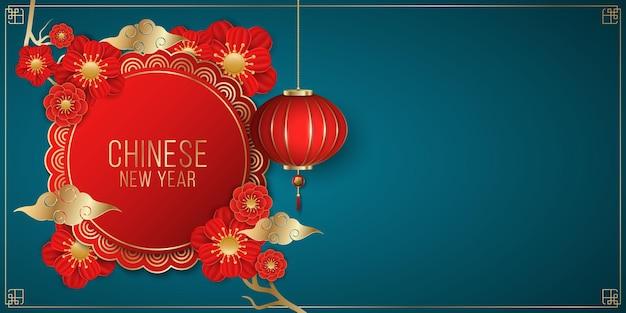 Frohes chinesisches neujahrsbroschüre verziert mit blühenden roten blumen und hängenden traditionellen laterne auf einem blauen hintergrund. papierschnittstil. goldene wolken.