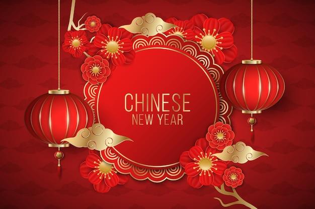 Frohes chinesisches neujahrsbroschüre verziert mit blühenden roten blumen und traditioneller laterne auf einem roten hintergrund. papierschnittstil. goldene wolken.