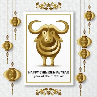 Frohes chinesisches neujahrshintergrund mit kreativem goldenen metallochsen, sakurazweigen mit blumen und hängenden laternen.