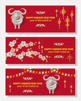 Frohes chinesisches neujahrshintergrund mit kreativem weißmetallochsen, hängende laternen. übersetzung ox