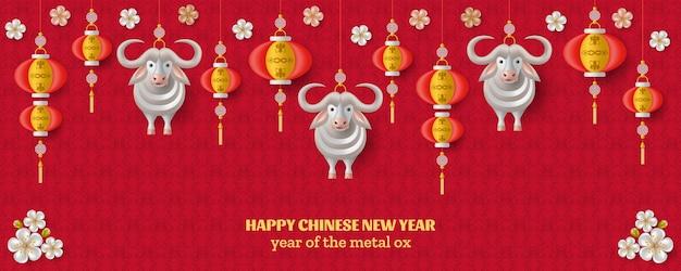 Frohes chinesisches neujahrshintergrund mit kreativem weißmetallochsen, sakurazweigen mit blumen und hängenden laternen.