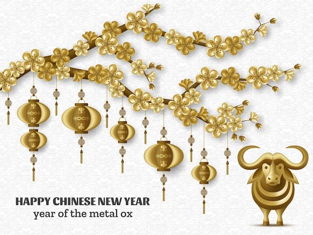 Frohes chinesisches neujahrshintergrund mit kreativen goldenen metallochsen, sakurazweigen, hängenden laternen