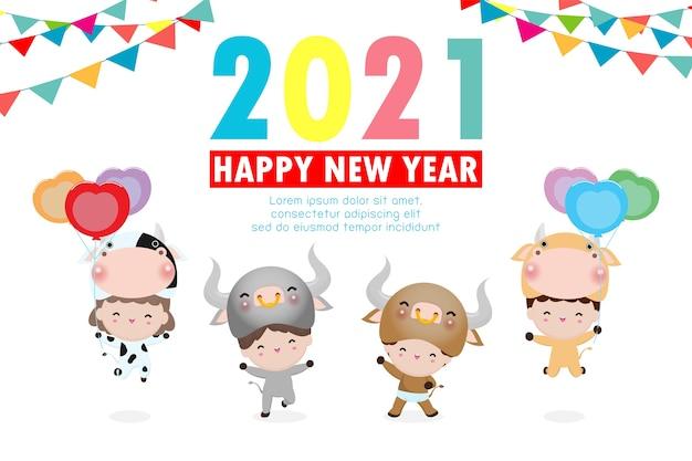 Frohes neues jahr 2021 kinderhintergrund, niedliche kinder, die kuh-tierkostüme lokalisiert auf hintergrund, kleine kinder in ihren ochsen-tierkostümen, niedliches kind im cosplay das jahr des ochsenvektors tragen