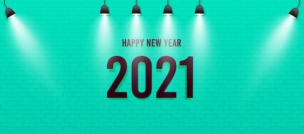 Frohes neues jahr 2021, nummer in grüner wand mit scheinwerfer