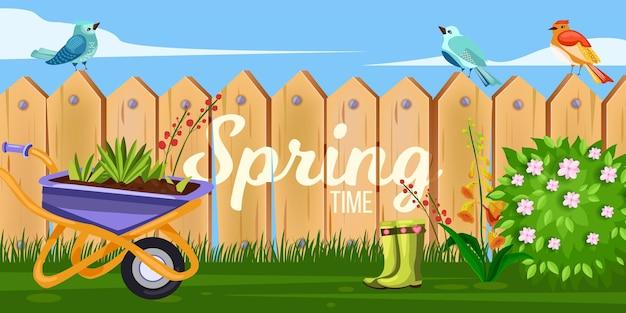 Frühlingsgarten-hinterhofillustration mit holzzaun, schubkarre, grünem blühendem busch, blumen. rustikaler ländlicher hintergrund des dorfes mit streikpostenwand, gras, vögeln, stiefeln. garten sommerzaun