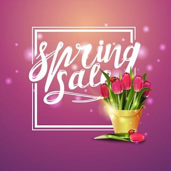 Frühlingsverkauf, rosa fahne mit blumenstrauß der tulpen in einem gelben eimer