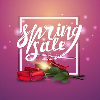 Frühlingsverkauf, rosa fahne mit rosen und geschenk