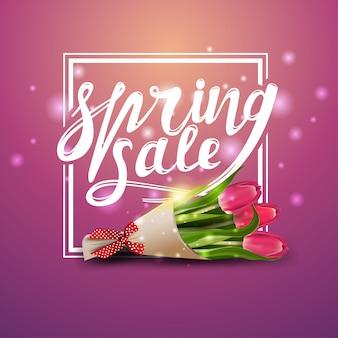 Frühlingsverkauf, rosafarbene fahne mit blumenstrauß der tulpen