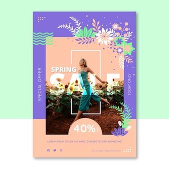 Frühlingsverkaufs-fliegerschablone mit der frau, die durch feld von sonnenblumen läuft