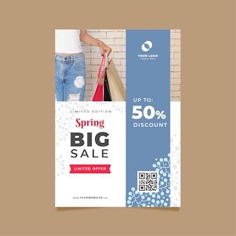 Frühlingsverkaufs-fliegerschablone mit der frau, die plastiktaschen hält