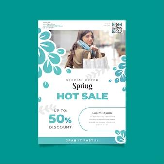 Frühlingsverkaufs-fliegerschablone mit frau und einkaufstaschen