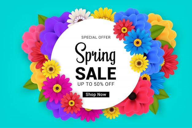 Frühlingsverkaufsbanner auf blau mit buntem blumendesign