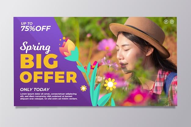 Frühlingsverkaufsfahnen mit frau, die blumen riecht