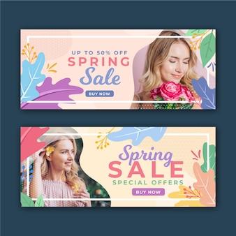 Frühlingsverkaufsfahnen mit frau und blumen