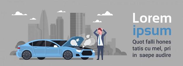 Frustrierter mann mit defektem auto-bedarfsservice-hilfe auf straße über schattenbild-stadt