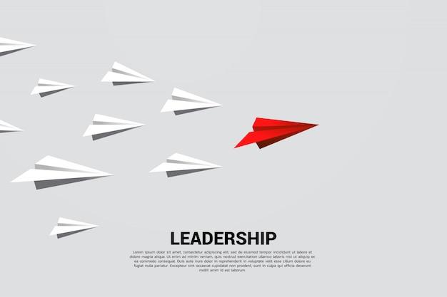 Führende gruppe des roten origamipapierflugzeuges weiß. geschäftskonzept der führungs- und visionsmission.