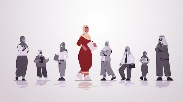Führer der arabischen geschäftsfrau, der vor dem geschäftswettbewerbskonzept der arabischen geschäftsleutegruppenführung in voller länge steht