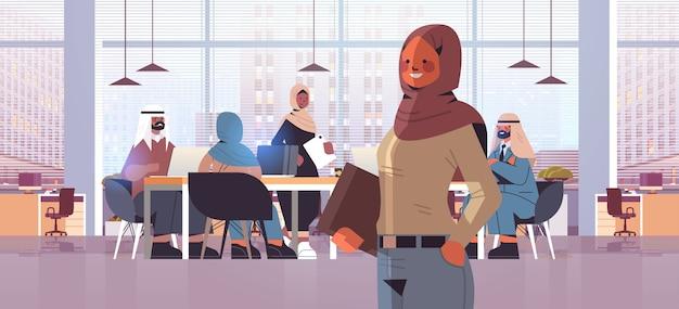 Führer der arabischen geschäftsfrau, der vor der modernen horizontalen porträtillustration des modernen geschäftsinnenraums des arabischen geschäftsmann-teamführungskonzepts steht