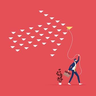 Führung, teamarbeit und mut-konzept - geschäftsmann mit gelbem papierflugzeug für führer und weißbuchflugzeuge, die auf himmel fliegen
