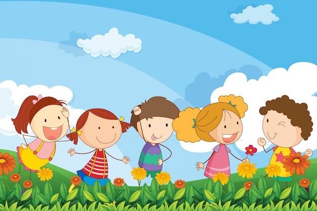 Fünf entzückende kinder, die am garten spielen