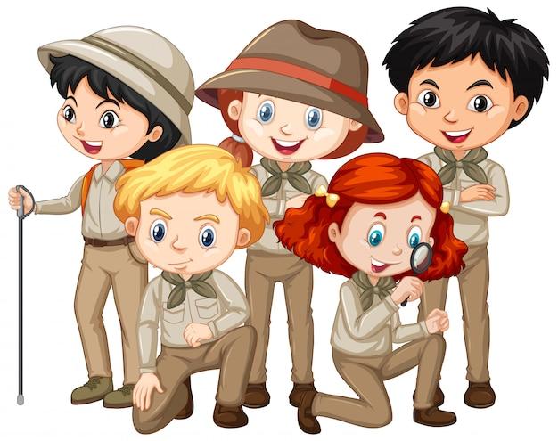 Fünf kinder im safari-outfit