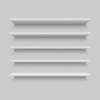 Fünf weiße realistische regale. verspotten sie oben oder schablone des leeren regals auf grauer wand.