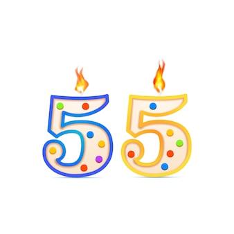 Fünfundfünfzig jahre jubiläum, 55 nummerförmige geburtstagskerze mit feuer auf weiß