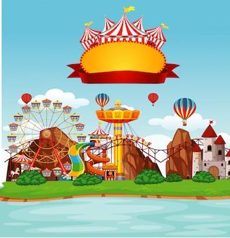 Funpark-szene mit vielen fahrgeschäften