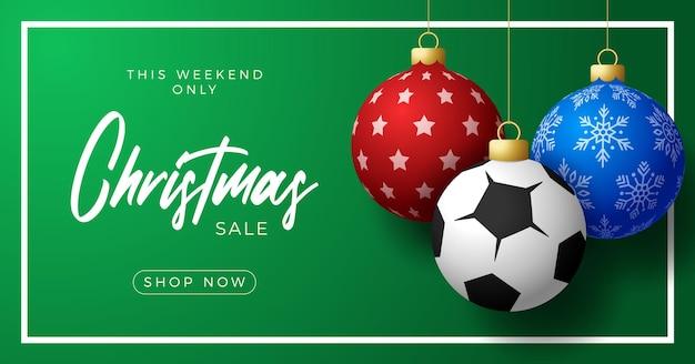 Fußball-frohe weihnachten und ein glückliches neues jahr-luxus-sport-grußkarte. fußballball als weihnachtskugel im hintergrund. vektor-illustration.