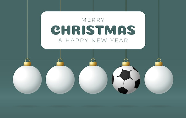 Fußball frohe weihnachten und ein glückliches neues jahr sport-grußkarte. fußball fußballball als weihnachtskugel auf farbigem hintergrund. vektor-illustration.