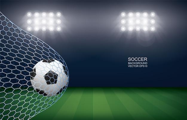 Fußball im tor. fußballball und weißes netz im fußballfeldstadionhintergrund.
