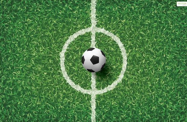 Fußballfußball auf grünem gras des fußballfeldes mit mittellinienbereich.