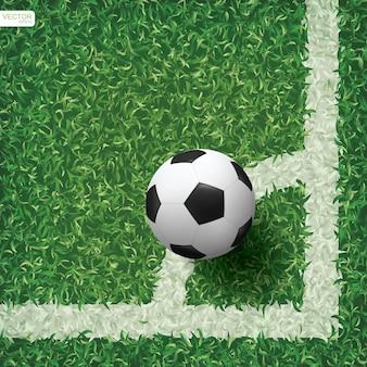 Fußballfußball im eckbereich des fußballfeldes mit grünem grasmusterbeschaffenheitshintergrund.
