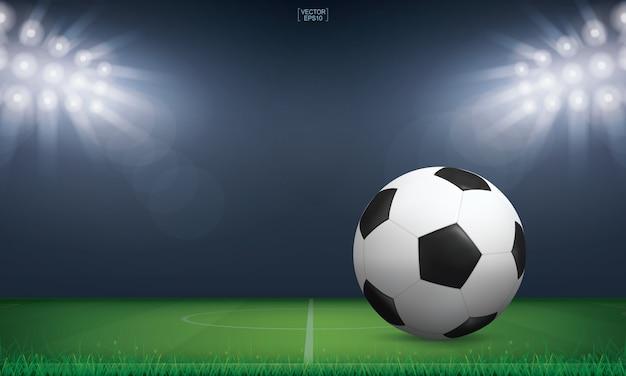 Fußballfußballball auf grünem gras des fußballplatzes.