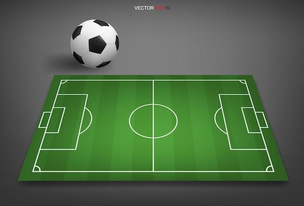 Fußballplatz oder fußballplatzhintergrund mit fußballball. grüner rasenplatz zum erstellen eines fußballspiels. vektor-illustration