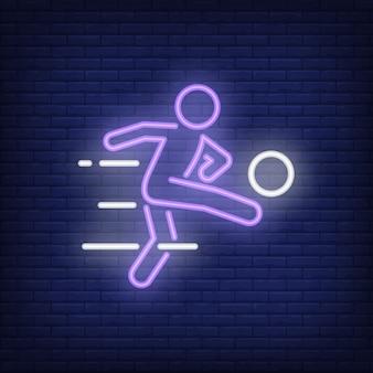 Fußballspieler, der ball auf ziegelsteinhintergrund tritt. neon-artillustration.
