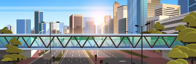 Fußgängerbrücke über autobahnasphaltstraße mit markierungspfeilen verkehrszeichen