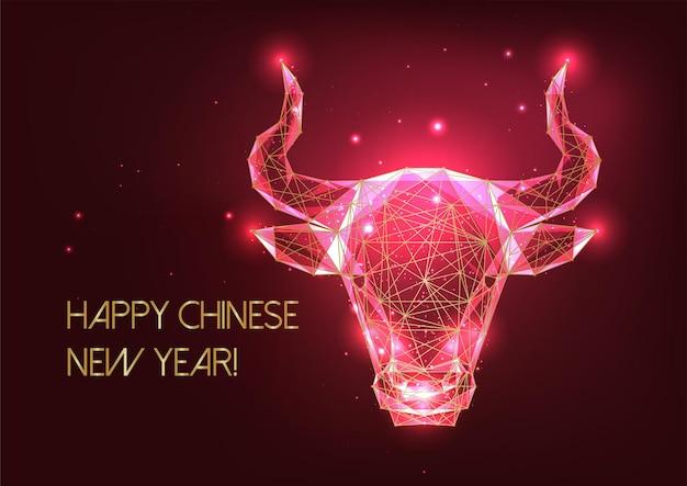 Futuristische chinesische neujahrsgrußkartenschablone mit leuchtendem goldenen niedrigen polygonalen ochsenhoroskopzeichen auf rotem hintergrund. modernes drahtgitterdesign