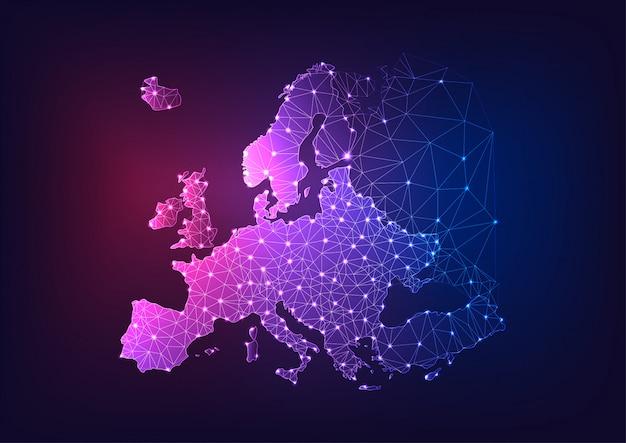 Futuristische glühende niedrige polygonale europa-kontinentkarte auf dunkelblauem und purpurrotem hintergrund.