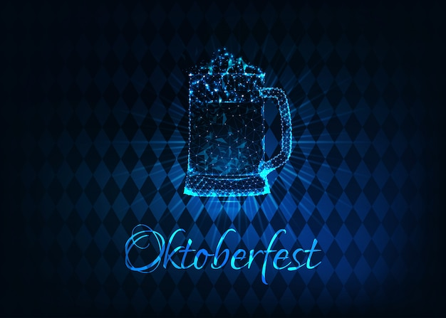 Futuristisches glühendes niedriges polygonales oktoberfest-plakat mit dem glasbierkrug