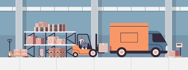 Gabelstaplerfahrer, der pappkartons in lieferwagenproduktversand-lieferservicekonzept-lagerinnenraum lädt